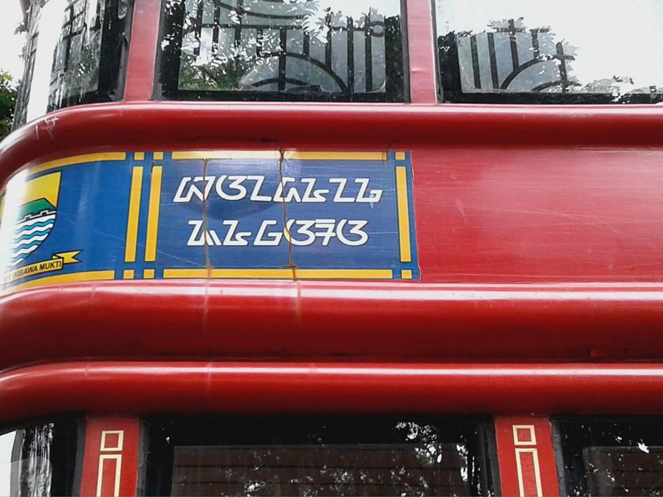 Aksara Sunda di Bus Bandros: baanadaunaga jauwaaraa
